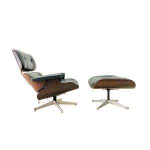 Poltrona e poggiapiedi Vitra di Charles e Ray Eames