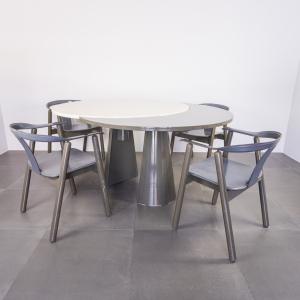 Set da pranzo quattro sedie tavolo in legno design anni '80